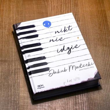 Okładka książki Nikt nie idzie z serii SQN Originals Jakuba Małeckiego w SQNstore front
