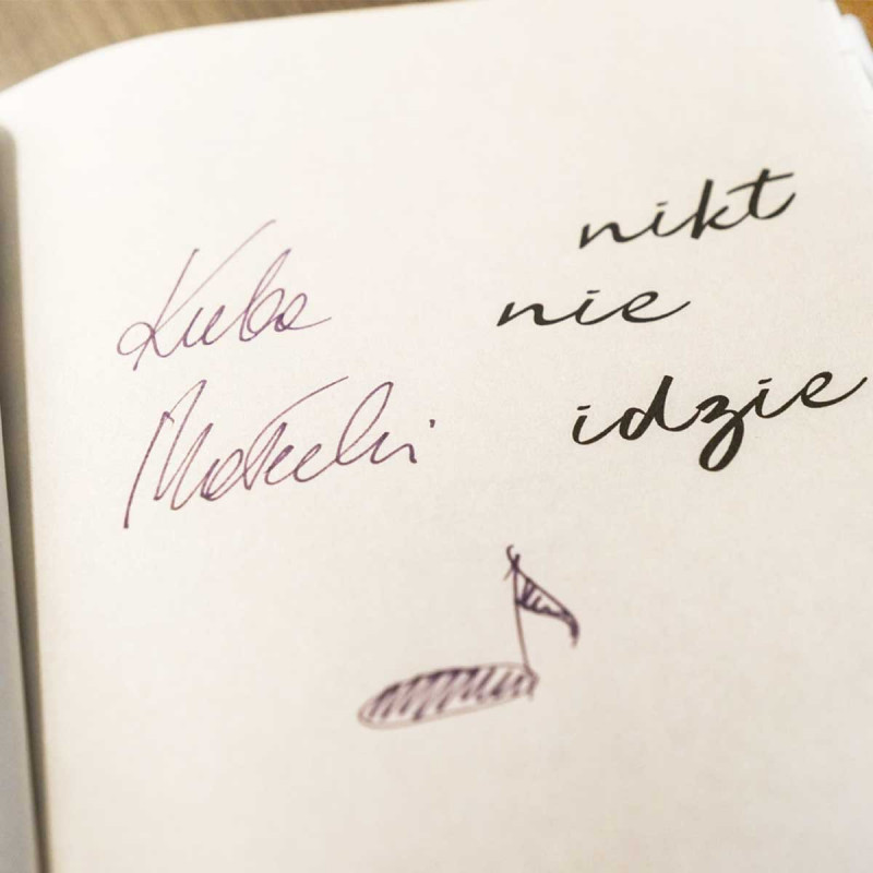 Okładka książki Nikt nie idzie z serii SQN Originals Jakuba Małeckiego w SQN Store front