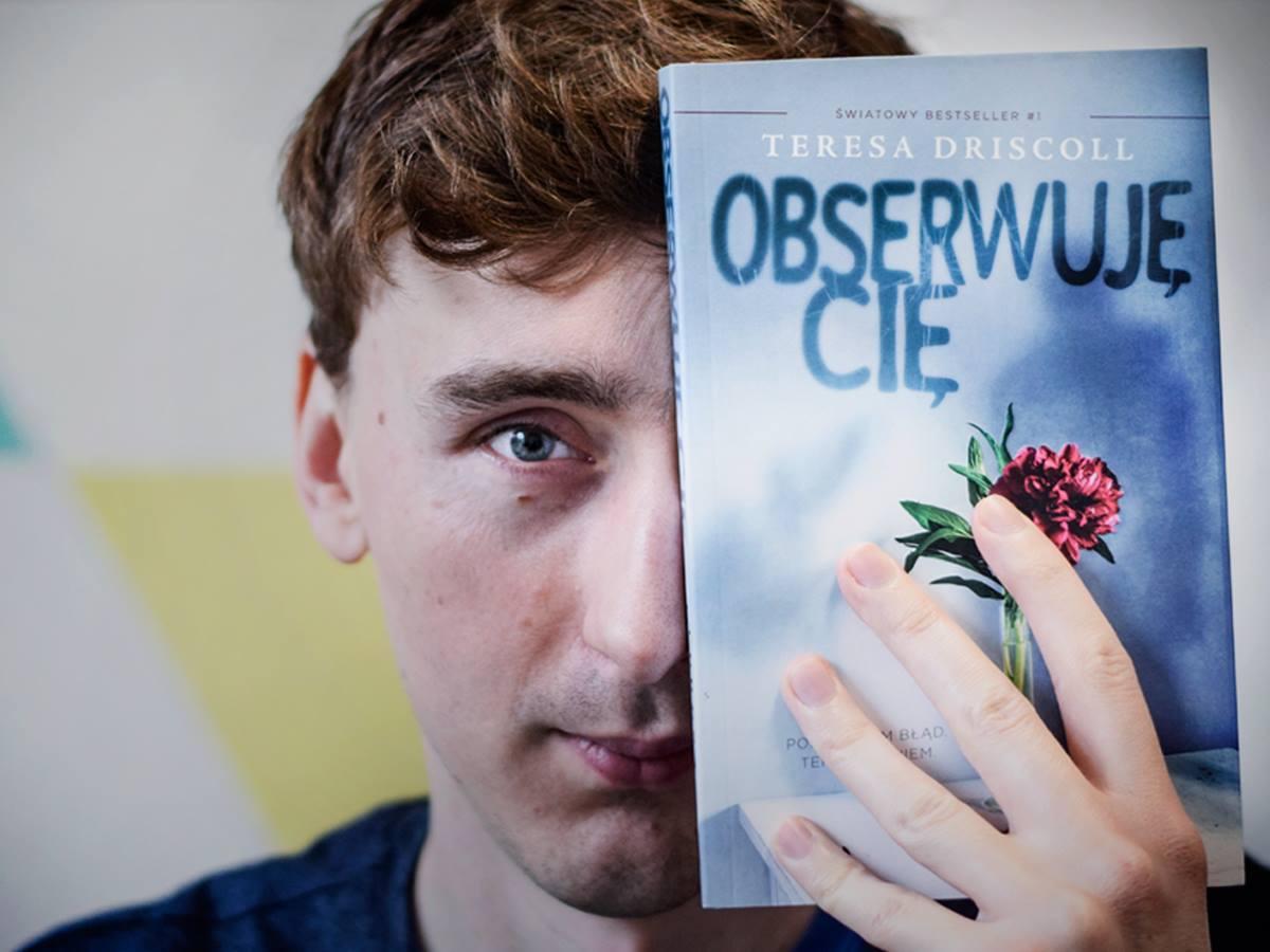 Zdjęcie z książką Obserwuje Cię w SQNstore